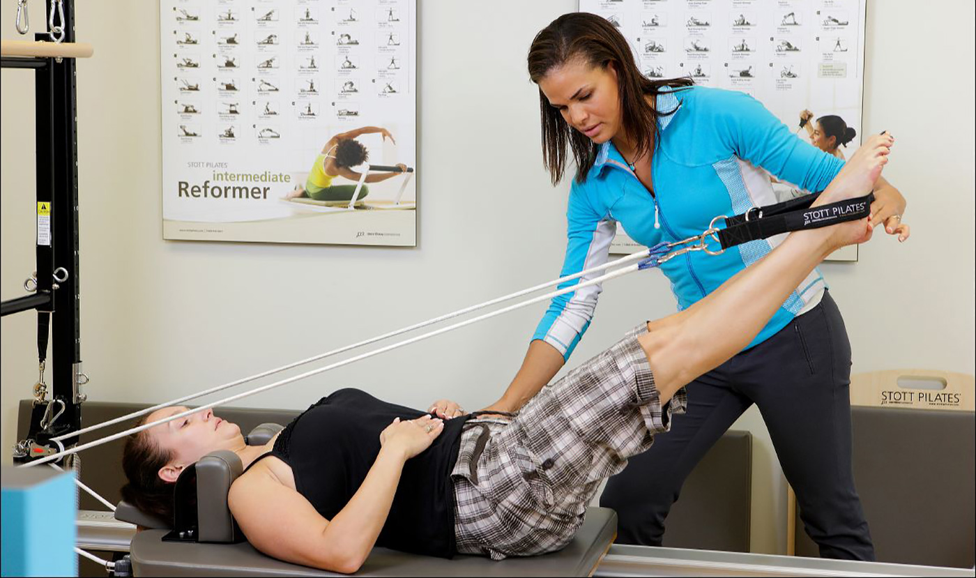 Image of physiotherapist treating a woman at our physiotherapy clinic in London, Ontario